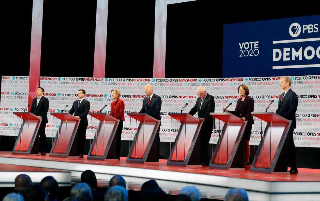 Ett uttunnat startfält i årets sista demokratdebatt. På plats i Los Angeles från vänster tillhöger: Andrew Yang, Pete Buttigieg,. Elizabeth Warren, Joe Biden, Bernie Sanders, Amy Klobuchar och Tom Steyer.