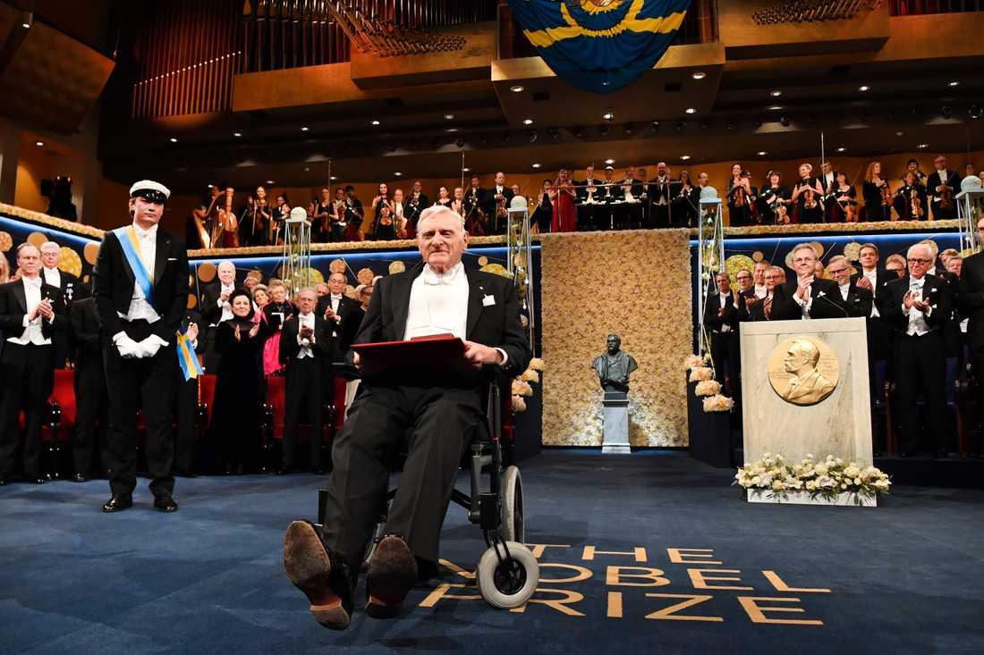 John B Goodenough tar emot sitt Nobelpris i kemi vid Nobelprisutdelningen i Konserthuset i Stockholm.