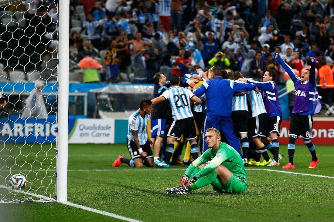 """""""Det var hemskt""""  Jasper Cillessen deppar efter straffavgörandet. Nu har den holländske målvakten släppt in 17 av 17 straffar under karriären."""