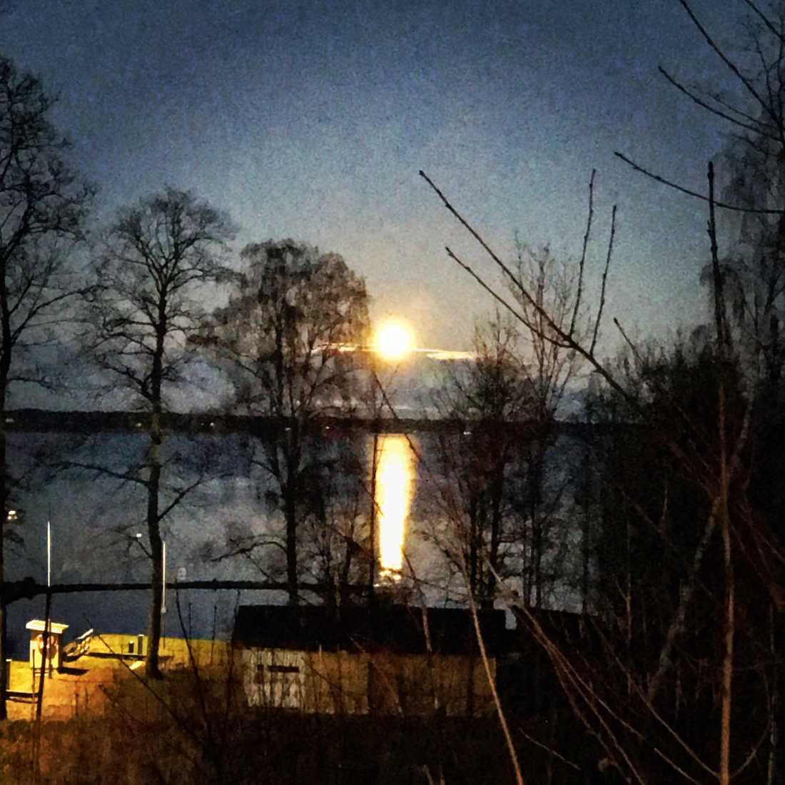 Månen, som den ser ut i Motala.