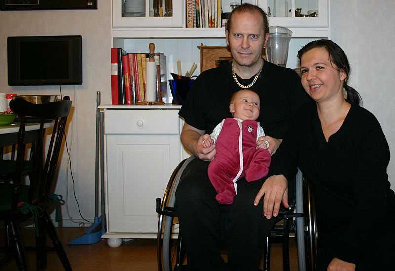 Benny Holmström och hans fru Bernadeta Losy är glada över att domen som innebär att Benny kommer få en stödperson så han kan vara pappaledig. Här tillsammans med dottern Veronica, 3,5 månader.