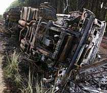 En utbränd tanker ligger vid vägen i Kenya efter en explosion som dödade 111.