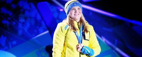 Anja Pärson tog emot bronsmedaljen vid morgonens prisceremoni.