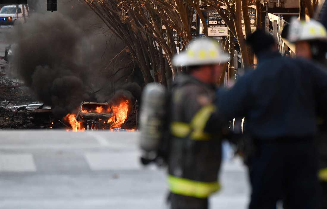 En bil brinner efter att en bomb briserat i en husbil i Nashville.