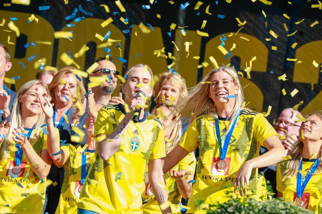 Olivia Schough och hennes syster Lydia Schough (till vänster) sjunger under firandet av landslagets bronshjältar på Götaplatsen i Göteborg. Arkivbild.