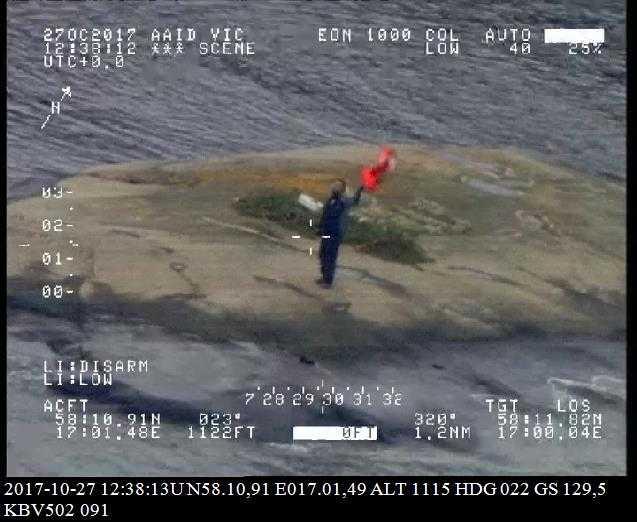 Ensamseglaren vinkar till räddningshelikoptern.