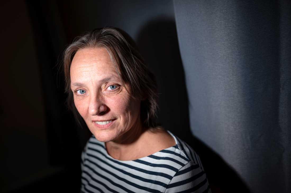 """Anna Kosztovics har varit med sedan starten 2012. Sedan dess har 138 unga män fått hjälp att lämna Malmö för att börja ett nytt liv utanför de kriminella nätverken. Men det görs många """"avhopp från avhoppen""""."""