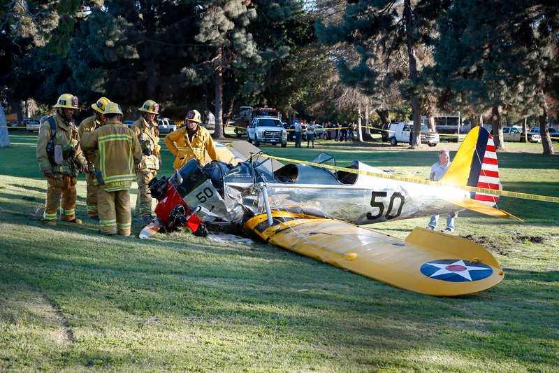 Harrison Ford bröt både fotled och bäckenben i flygolyckan. Vittnen uppgav att han agerade som en hjälte, då han undvek att krascha i ett tätbebyggt område som låg bredvid golfbanan.