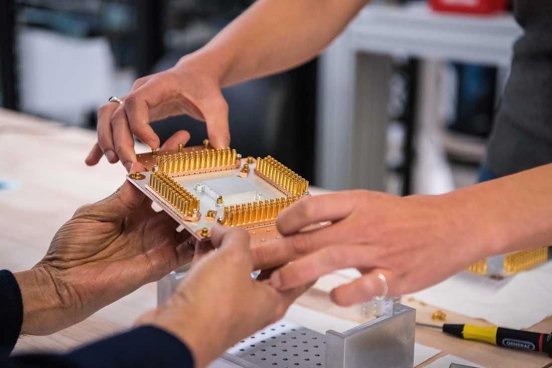 """Kvantdatorn lyckades beräkna en algoritm på 200 sekunder. För världens snabbaste dator, IBM:s """"Summit"""", skulle motsvarande beräkning ta betydligt längre att utföra. 2,5 dagar, enligt IBM. 10000 år, enligt Google. På bilden syns en av komponenterna till datorn."""