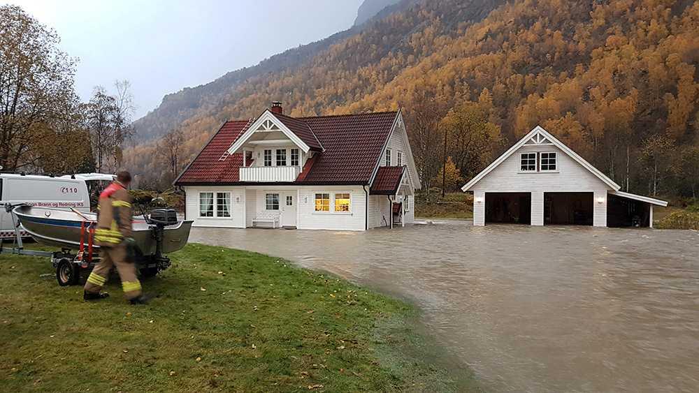 Ett hus i Fortun i Sogn står under vatten.