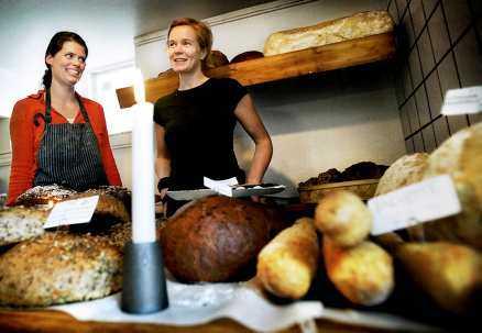 """Bästa bullbuddies """"I morse vaknade jag halv fem och längtade till jobbet. Så vill jag fortsätta ha det. Det är jättelyxigt att stå i ett kök hela dagarna med sin bästa kompis, lyssna på musik och få besök av trevliga kunder"""", säger nyblivna bageriägaren Helena Bergkvist (till vänster) tillsammans med kompanjonen Helene Fourie."""