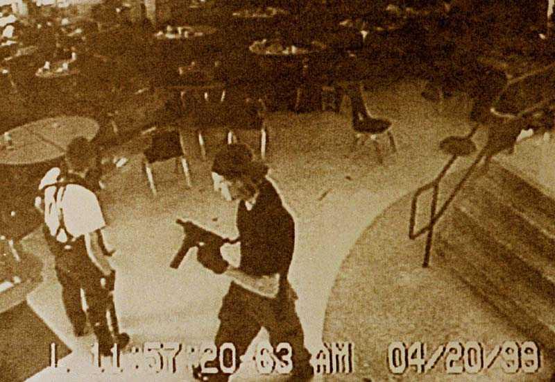 Klebold och Harris sköt vilt omkring sig i skolan i Columbine.