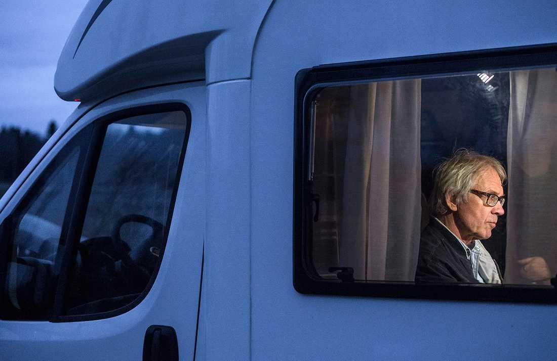 Lars Vilks på mötet i en husbil utanför Uppsala. Foto: Marcus Ericsson