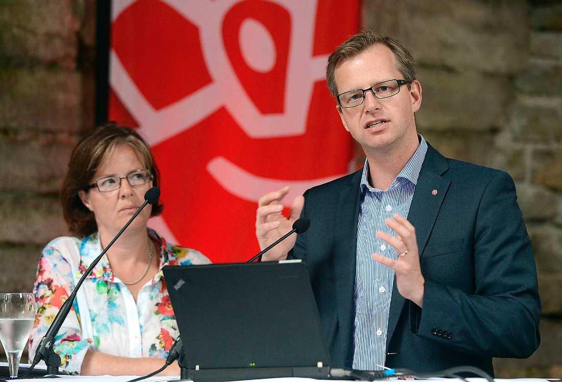 """SKÖT IN SIG PÅ FOLKPARTIET Om man får tro Socialdemokraternas partisekreterare Carin Jämtin var det en ren tillfällighet att hon och partiets gruppledare Mikael Damberg presenterade partiets satsning på nya jobb inom miljö- och tekniksektorn samma dag som FP-ledaren Jan Björklund hade sin dag i Almedalen. I själva verket handlar det om noggrant planerat krypskytte för att """"vinna slaget om dagen"""", som en s-källa uttrycker det."""