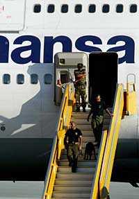 Specialpolis genomsökte Lufthansaplanet på Larnacas flygplats efter ett bombhot.