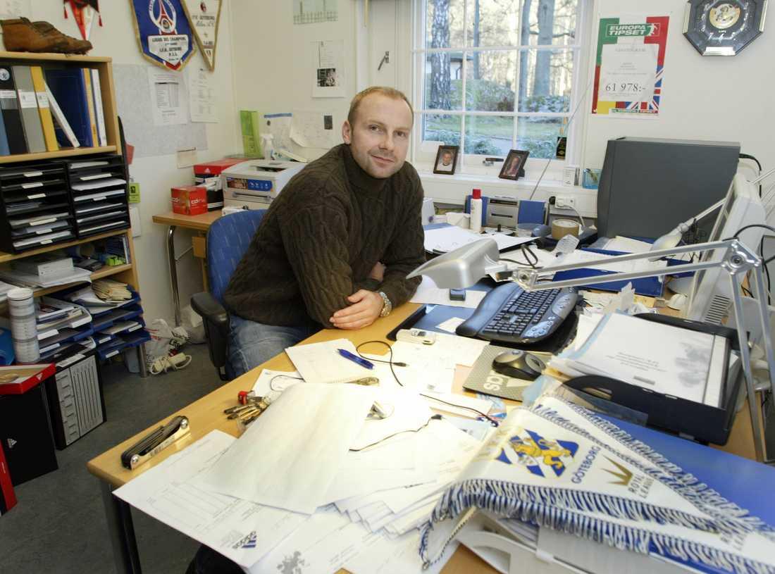 """Fotbollshjälten från VM-94 är i dag sportchef i IFK Göteborg. Här är han vid sitt skrivbord i klubbens högborg """"Kamratgården"""" utanför Göteborg."""