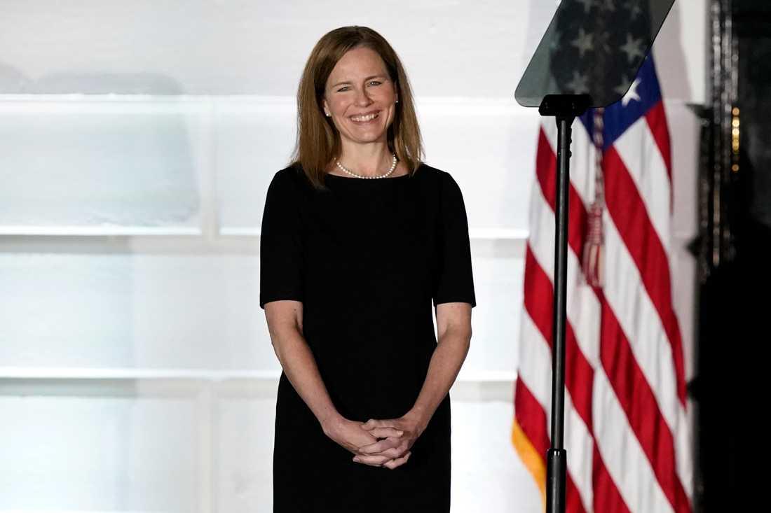Amy Coney Barrett är nu HD-domare. Här under ceremonin för henne vid Vita huset på måndagskvällen, amerikansk tid.