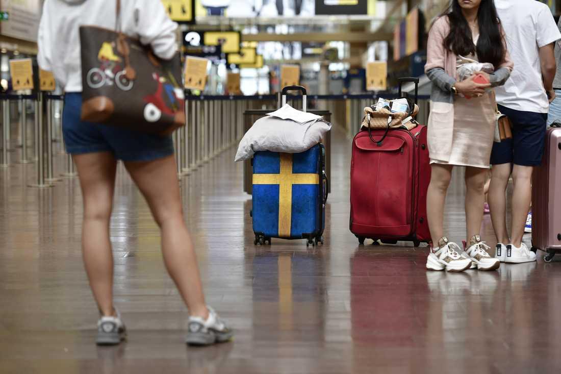Charterresenärer vid incheckningen på Arlanda flygplats.