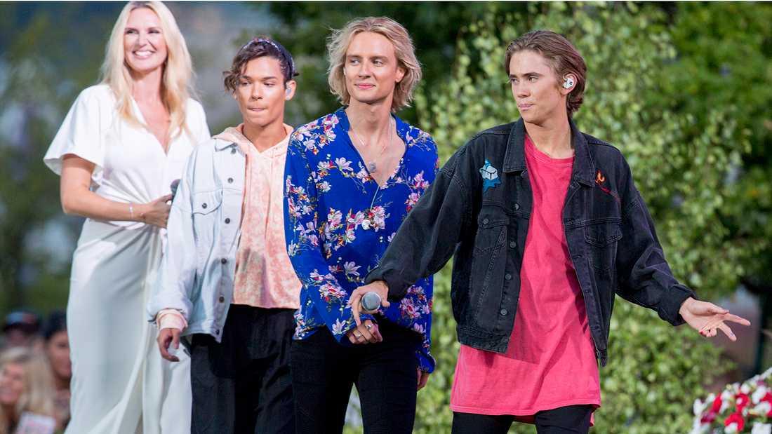 """FO&O med Omar Rudberg, Oscar Enestad och Felix Sandman hos Sanna Nielsen i """"Allsång på Skansen"""" 2017."""