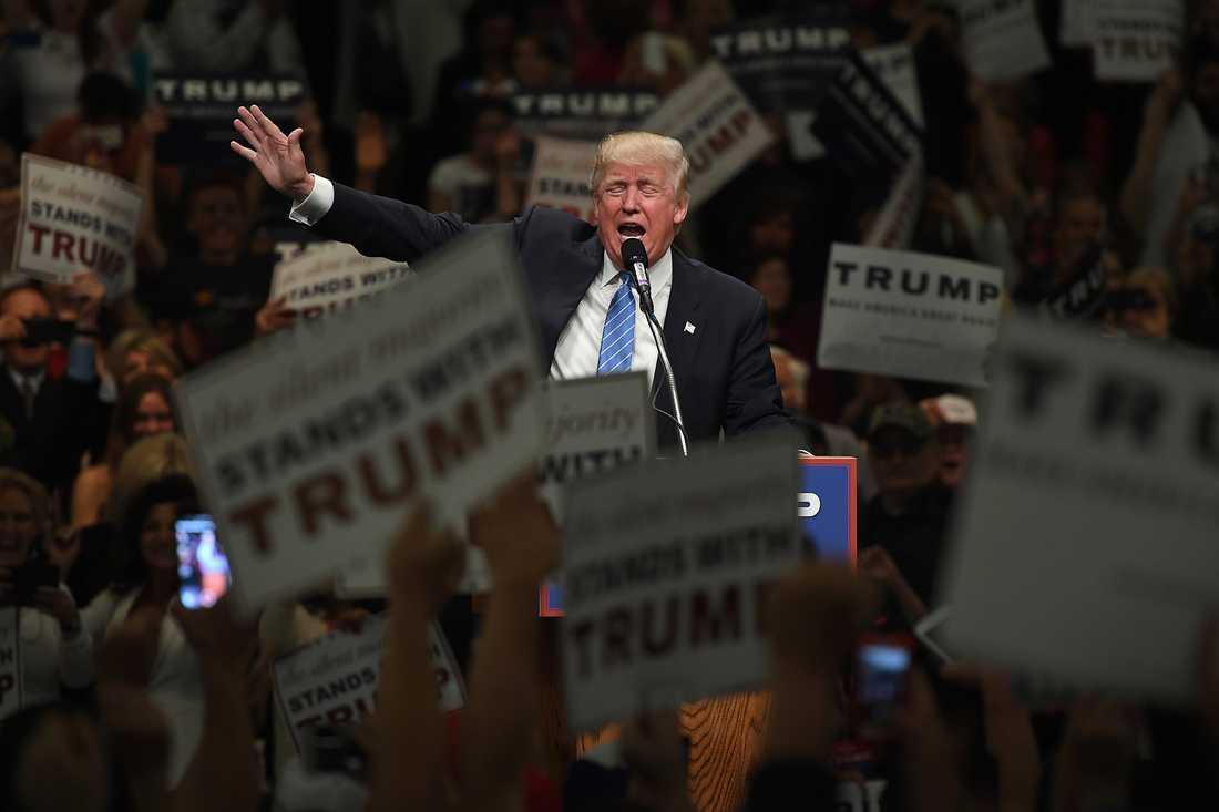 MAJ 2016 Donald Trump valtalar inför hängivna fans i Anaheim, Kalifornien.