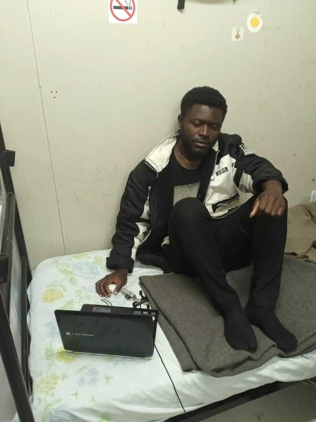 Kameruniern Clinton Yebga i sitt rum på mottagningsenheten för asylsökande i Kofinou i Cypern.