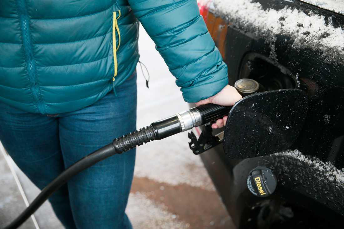 Från och med årsskiftet höjs skatten på bensin och diesel. Arkivbild.