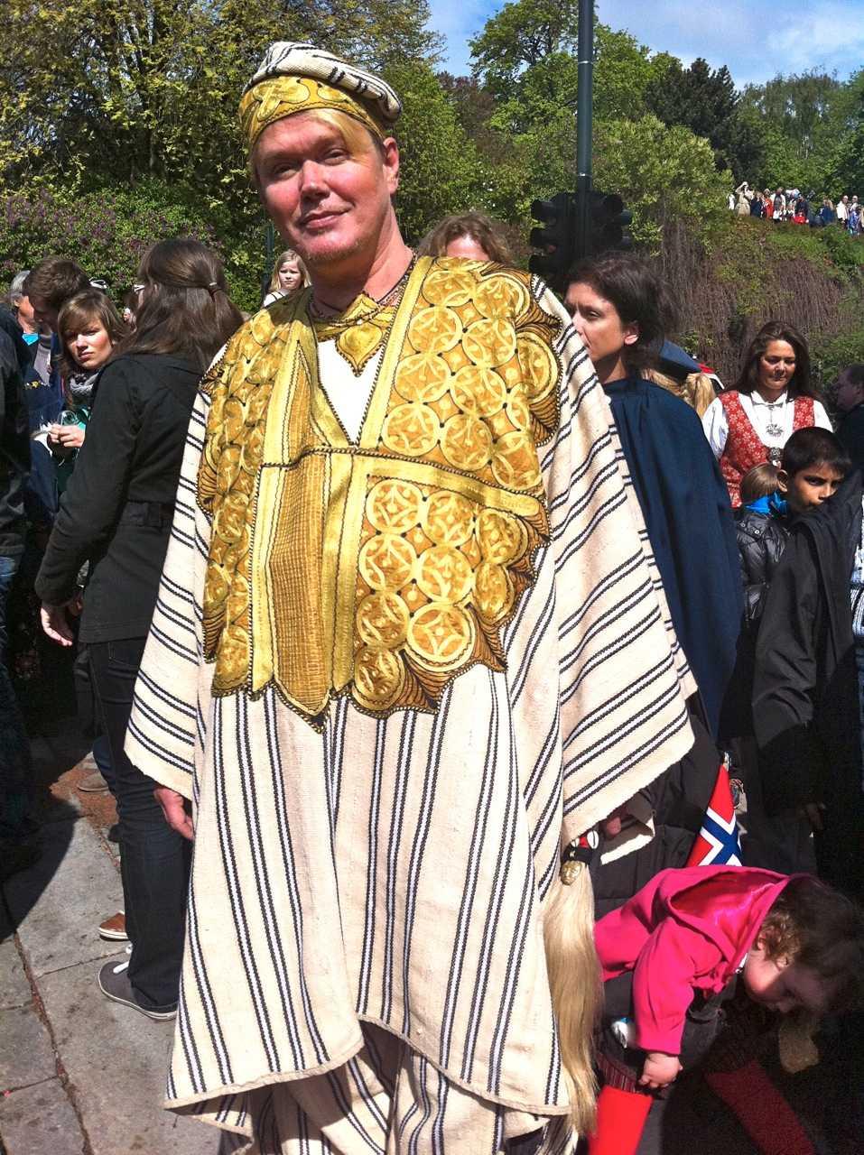 """""""Alla är välkomna"""" Tauno Silander, 53, är född i Liberia av svensk-finska föräldrar, flyttade som tioåring till Finland och har kallat Norge hemma de senaste 25 åren. – Jag har en folkdräkt från Liberia på mig. Det vackra här är att alla nationaliteters folkdräkter är välkomna, säger han."""