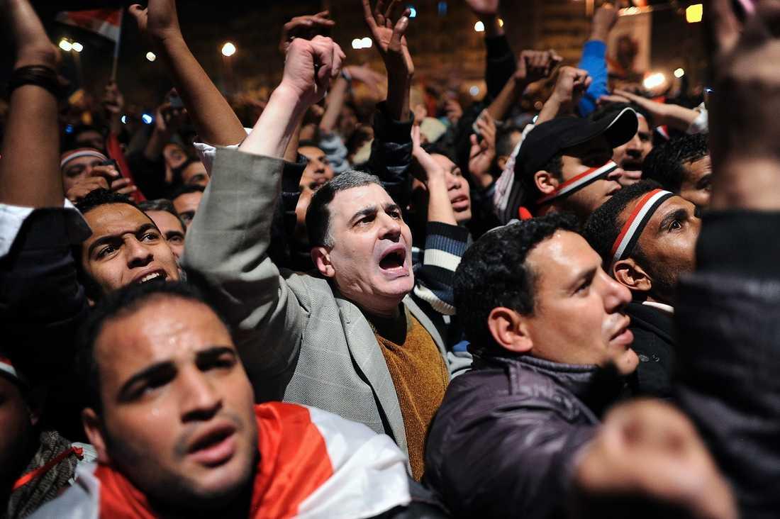 BESVIKNA OCH RASANDE Kairo bubblade av rykten i går – äntligen skulle president Mubarak avgå och Egypten skulle bli fritt. Men feststämningen byttes mot ilska när presidenten kom med chockbeskedet att han vägrar lämna sin position i förtid.