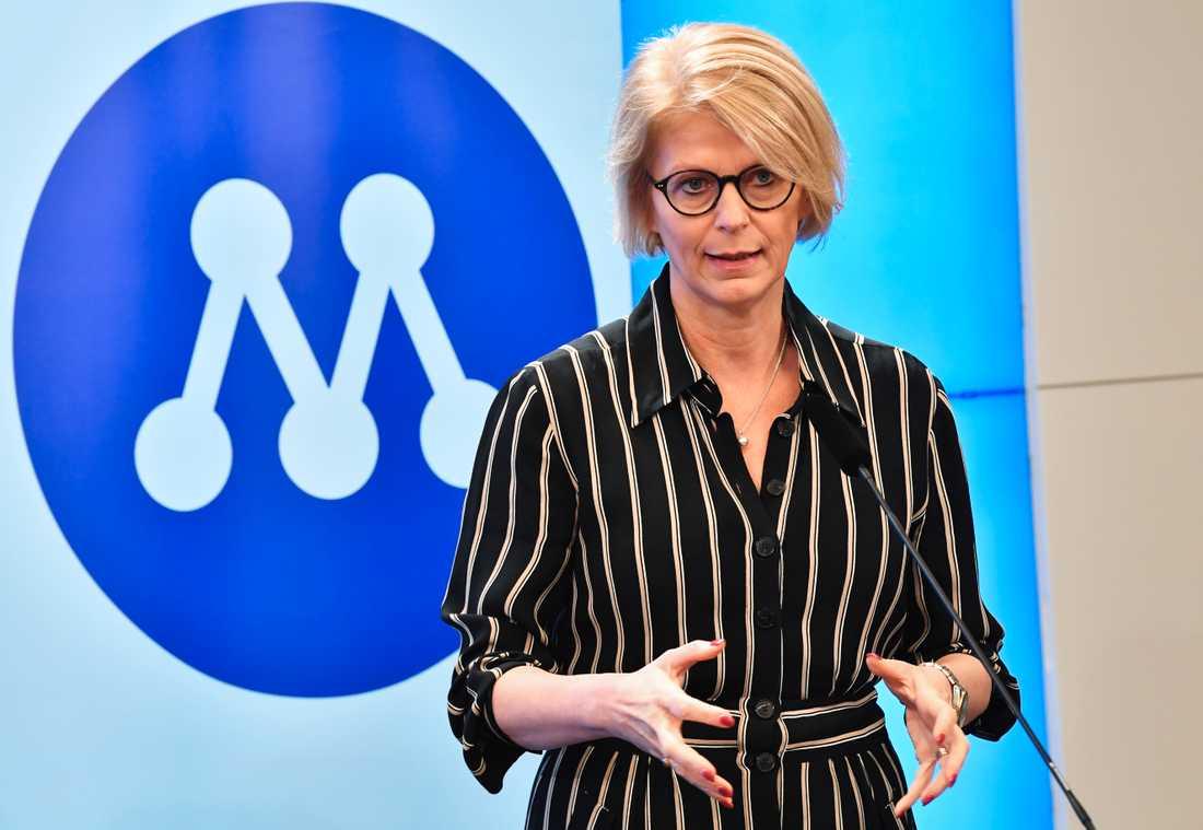 """Moderaternas ekonomiske politiske talesperson Elisabeth Svantesson presenterar partiets förslag till """"räddningspaket"""" för välfärden i riksdagens finansutskott. Arkivbild."""