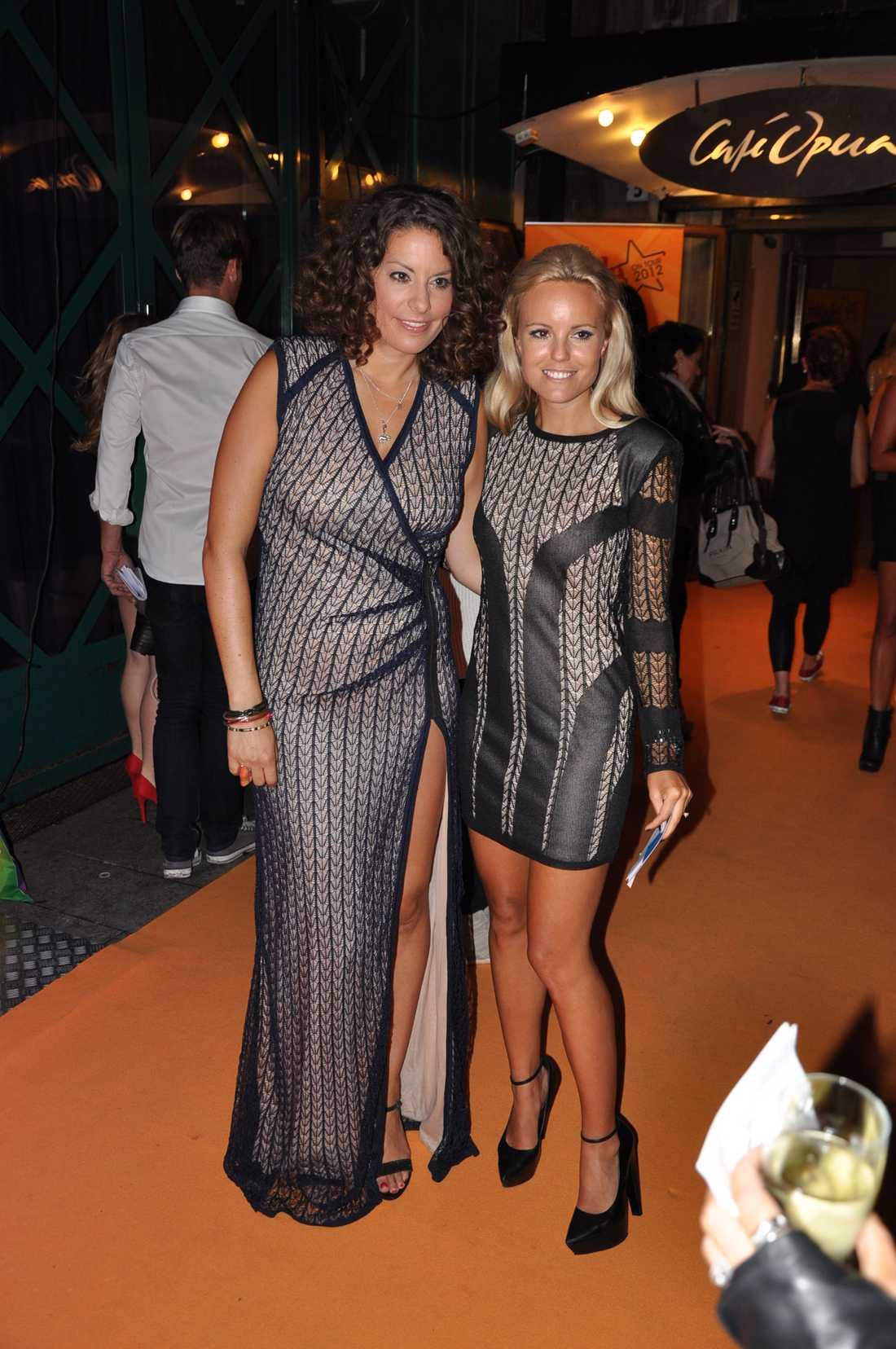 Kvällens konferencierer: Nina Johansson och Sofi Fahrman tog emot gästerna i klänningar från Dagmar.