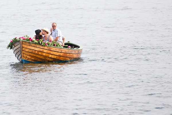 Emma Andersson och Henrik Zetterberg anlände till det tre dagar långa bröllopsfirandet i en blomsterprydd eka.