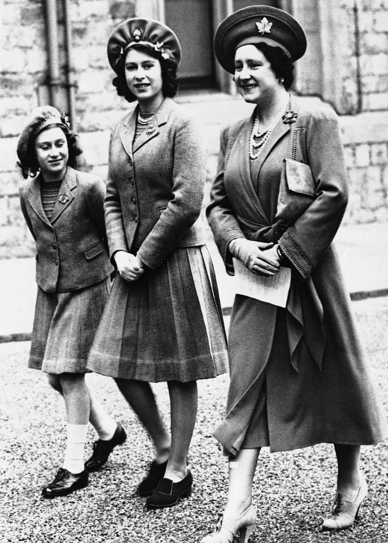 Prinsessan Elizabeth, i mitten, med sin namne och mamma (till höger) och lillasyster Margaret på slottet Windsor, i maj 1942. Den framtida drottningen fyllde då 16 år.