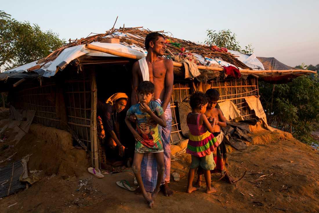 En familj som flytt undan våldsamheterna i Burma i flyktinglägret Kutupalong i Bangladesh.