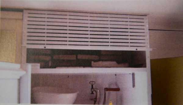 Här ovanpå kylskåpet i lägenheten hittade polisen den största delen av kokainbeslaget.