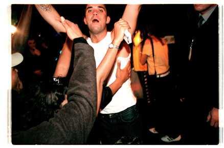 skandalfesten Robbie Williams fick bäras av scenen under efterfesten på Grand Hotel i Stockholm 2000. Senare på kvällen slog han ner sin livvakt och urinerade i sitt hotellrum.