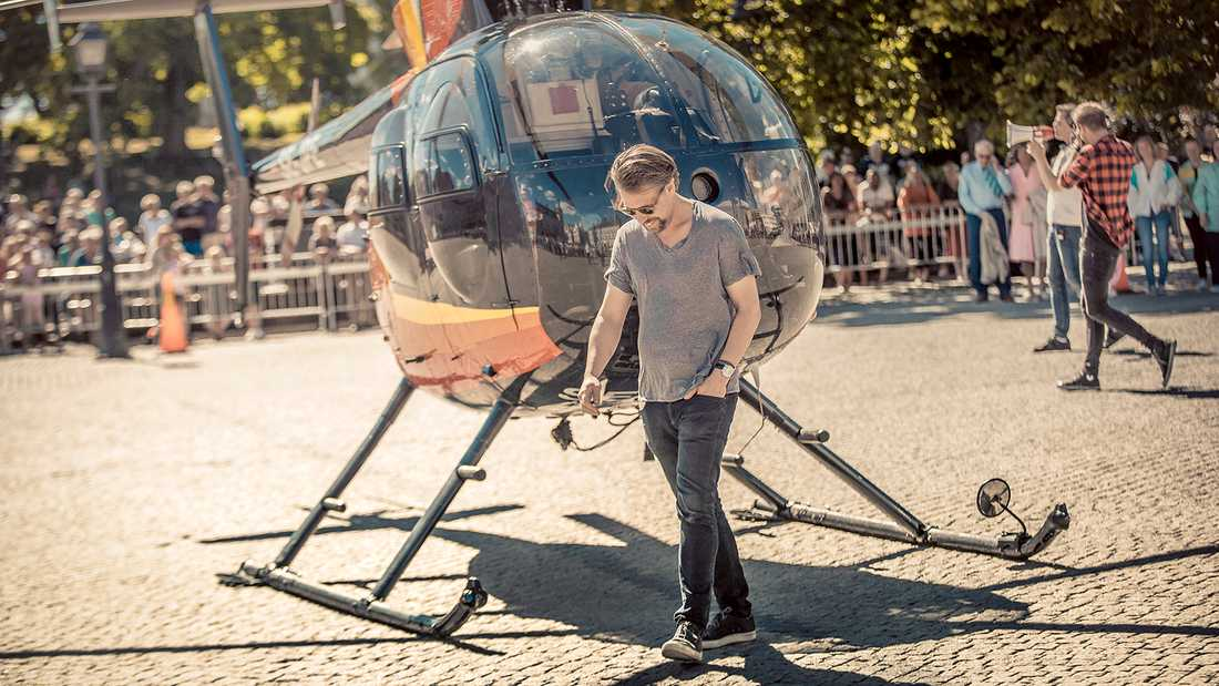 Filip Hammar med helikopter på Stora torget i Köping.