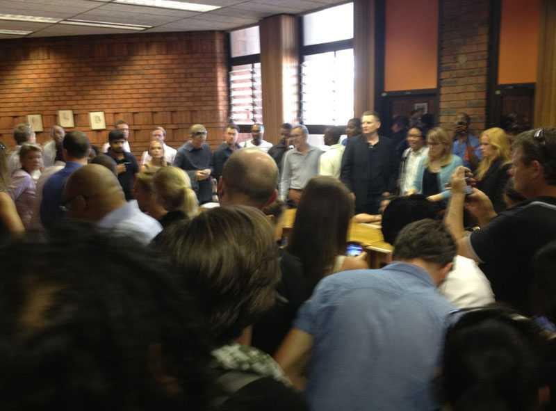 Utanför rätten samlades på morgonen journalister och andra intresserade.