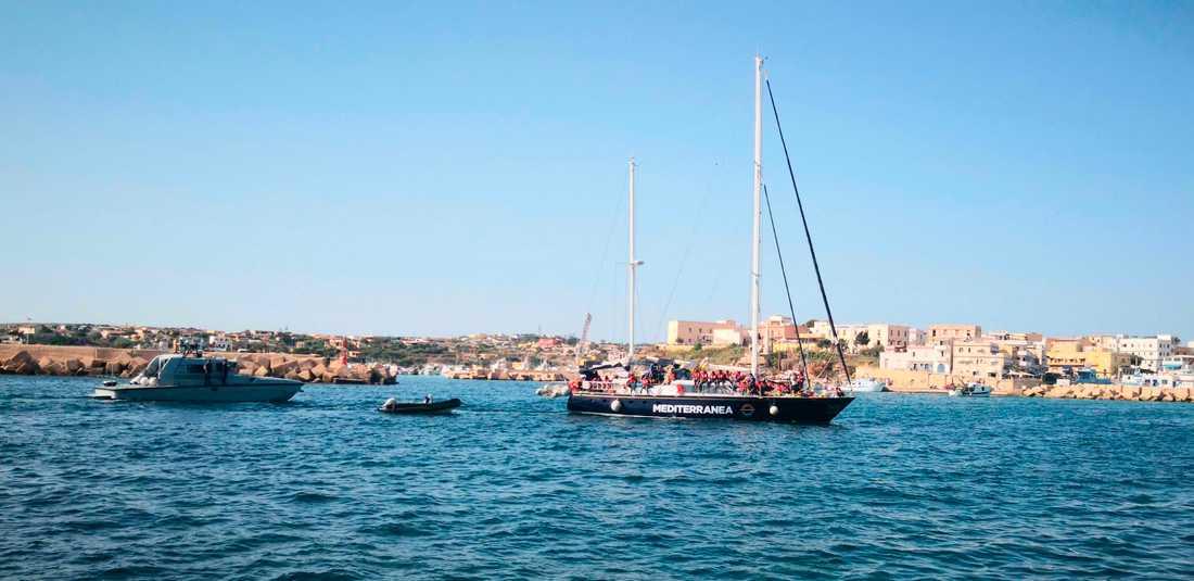 Den italienska organisationen Mediterraneas räddningsfartyg Alex har lagt till i Lampedusas hamn, i strid med nya tuffare italienska lagar.