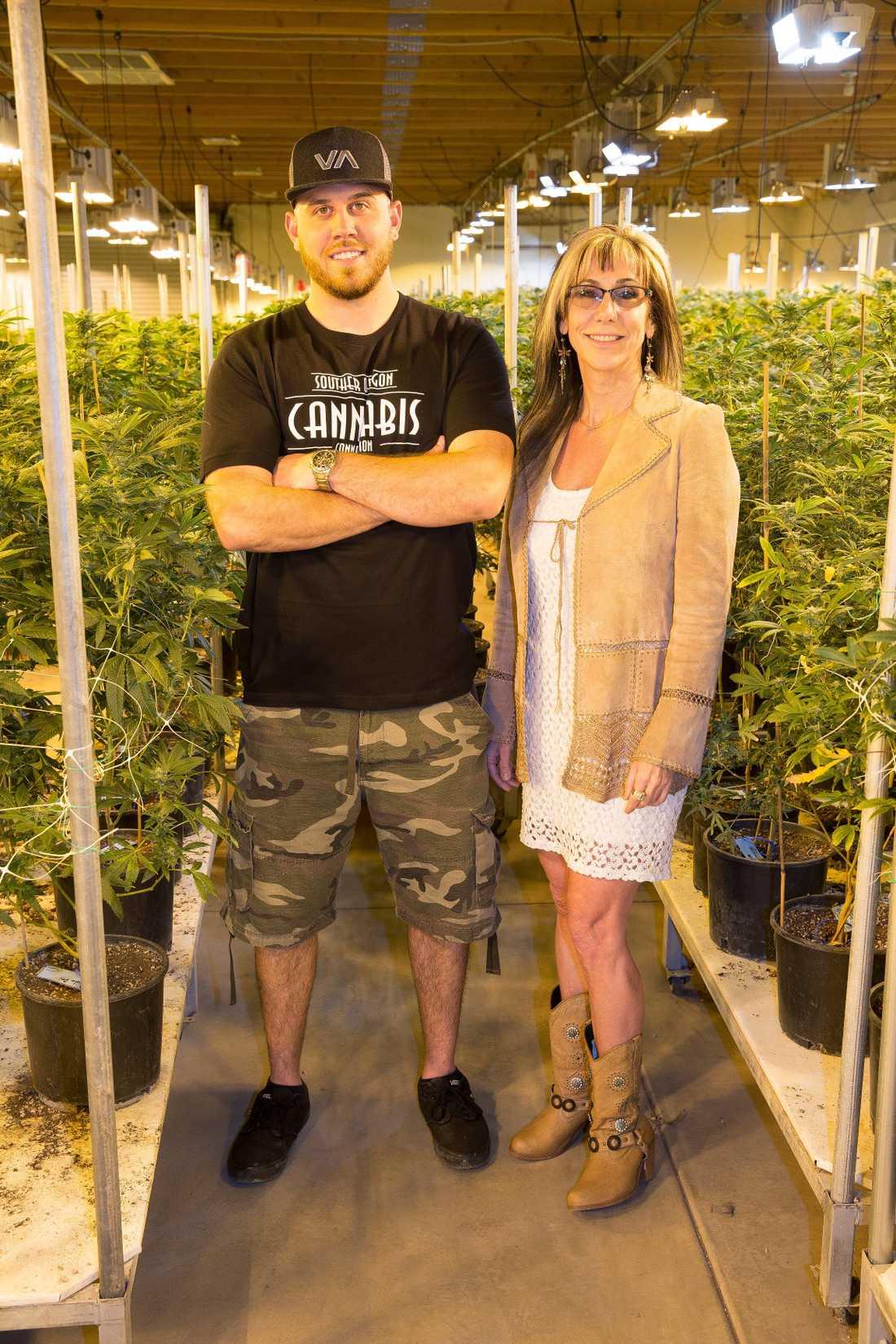Tyler Dooley och Tracy Anne Dooley på Tylers cannabisodling.