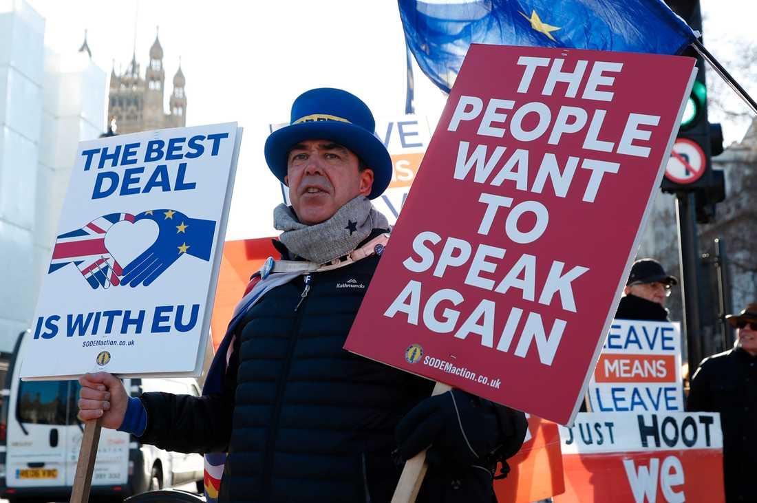 Brexit har varit ett pågående drama i brittisk och europeisk politik ända sedan folkomröstningen 2016. Utanför underhuset i London demonstrerar brexitmotståndaren Steve Bray nästan dagligen mot beslutet att lämna EU. Arkivfoto.