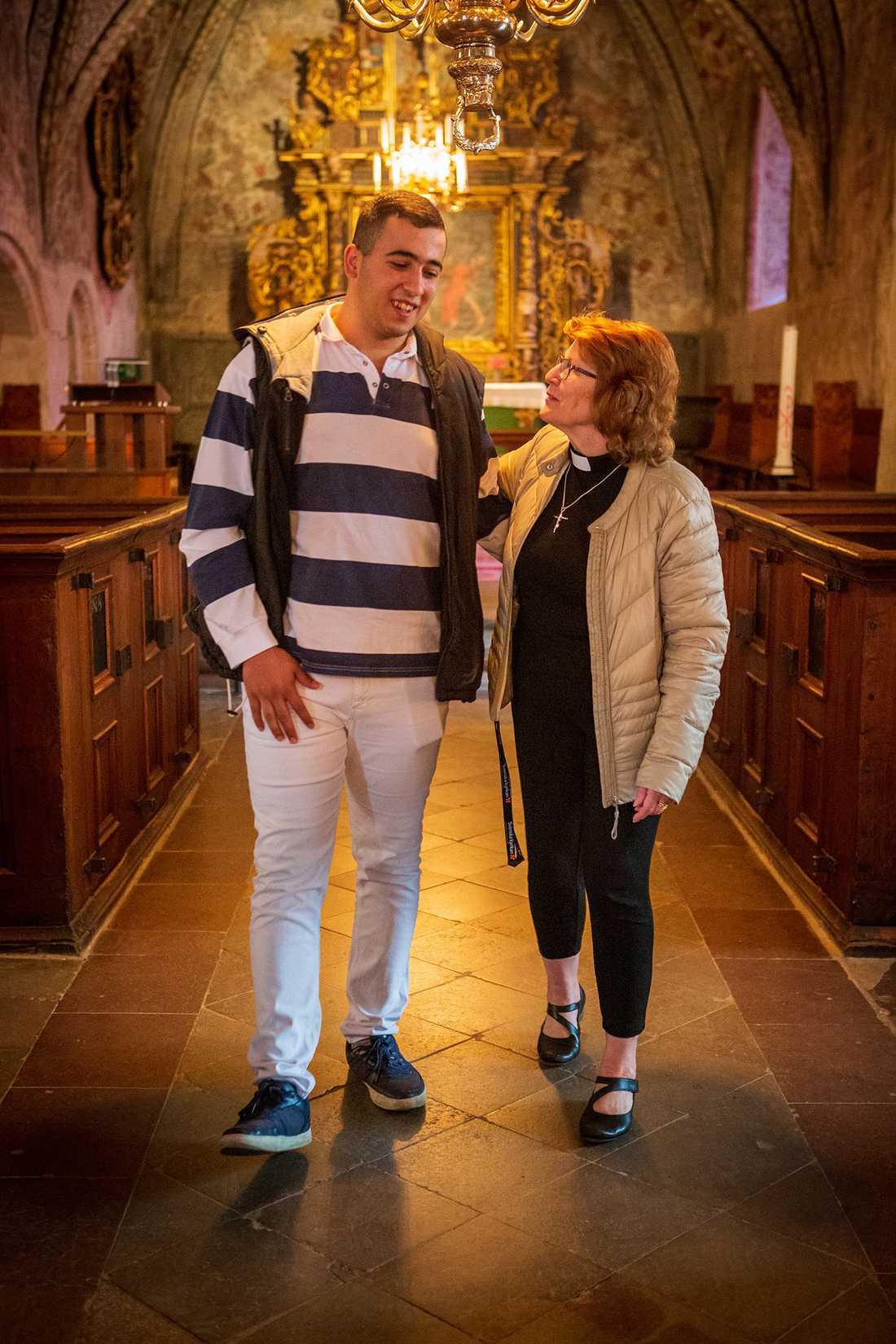 Naem Sufan och prästen Gunnel Alvhäll träffades i kyrkan och Gunnel tackade Naem för att han så modigt släckte branden som hotade kyrkan och stoppade vandalerna.
