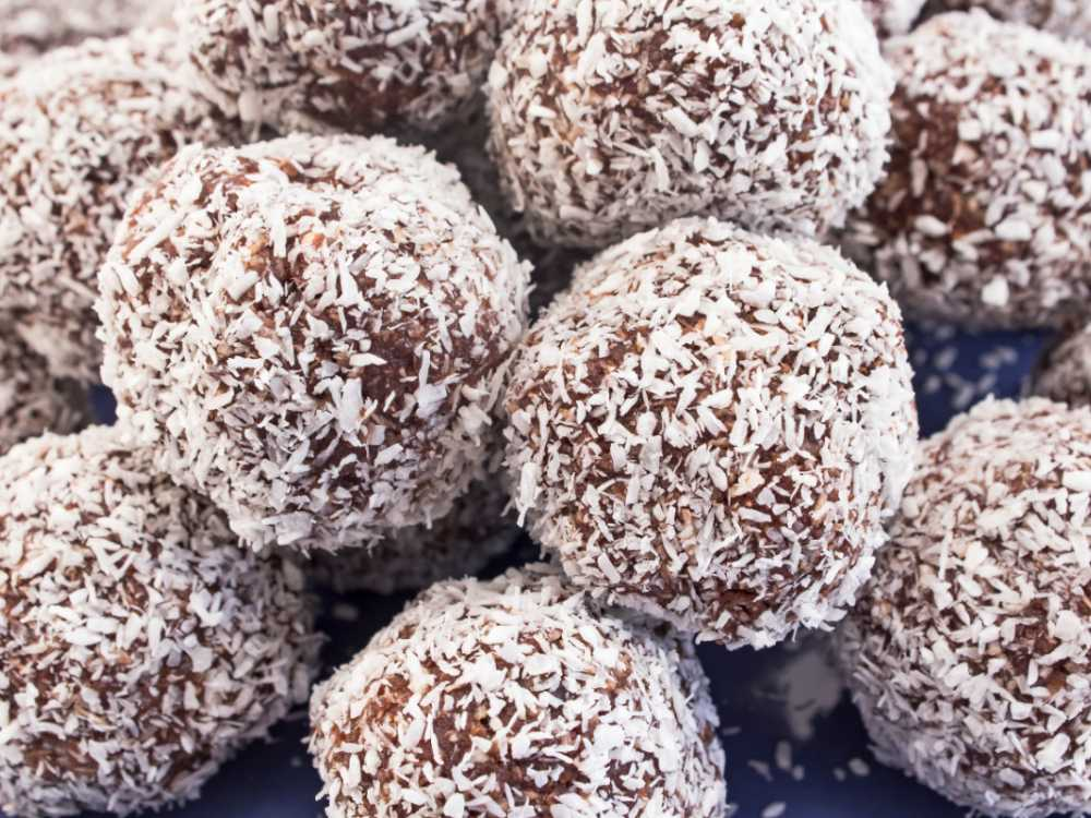 Chokladboll, kokosboll eller havreboll är en riktig klassiker, rulla i kokos, pärlsocker eller strössel.