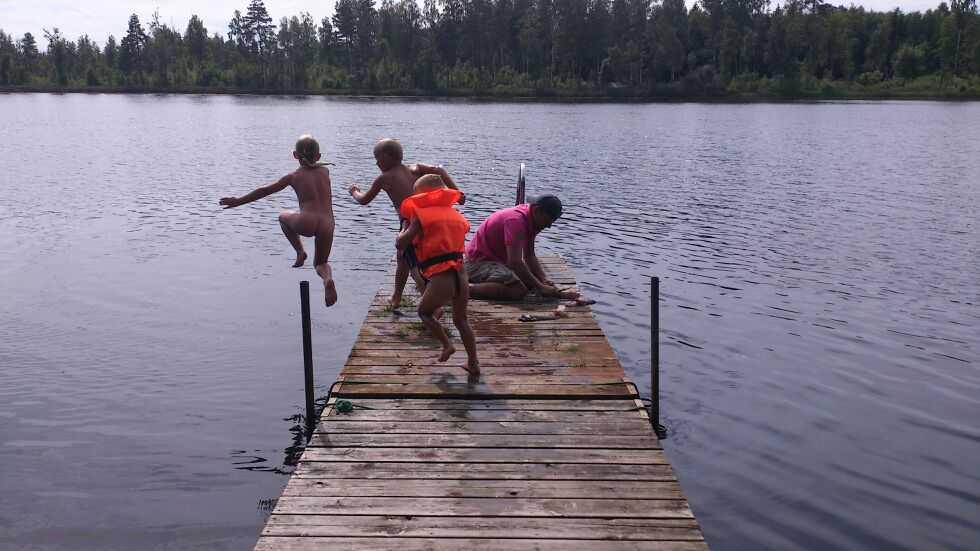 Sommardopp med kusinerna i Småland. Samtidigt rensas det nyfångad gädda.