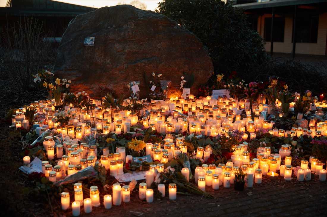 Elever vid skolan tänder ljus för de som skadats och dött i olyckan.