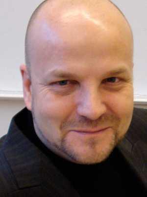 Lön: 29 000 kronor. Håkan Danielsson, 50 år.  – Jag tror i själva verket att de senaste 20 årens stadigt försämrade resultat i skolan till stor del kan tillskrivas läraryrkets sjunkande attraktionskraft.