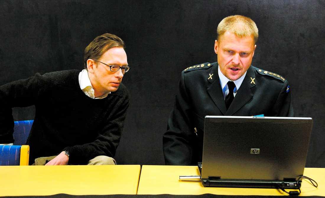 militära hemligheter De hemliga militära dokumenten hittades på det lilla flyttbara usb-minne som sticker ut ur datorn. Här går överste Bengt Sandström från den militära underrättelsetjänsten igenom materialet tillsammans med Aftonbladets Oisín Cantwell. För att kunna vara säkra på att dokumenten raderats har militären begärt att få förstöra hårddisken i Cantwells dator.