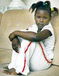 försökte fly Binta, 6, grät hela kvällen efter attacken. Redan före anfallet var hon hundrädd. Nu fruktar pappa Sam Jawara att hon inte ska våga gå ut och leka igen.