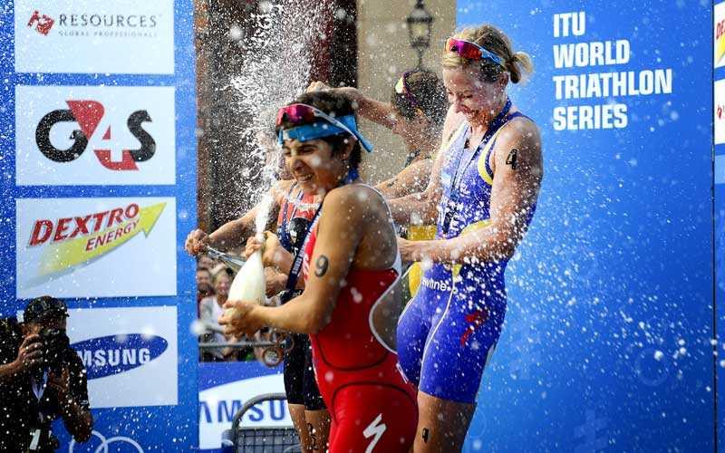 Överlägsen Lisa Nordén blev nedsprutad med champagne efter att ha vunnit VM-deltävlingen inför hemmapubliken i Stockholm.