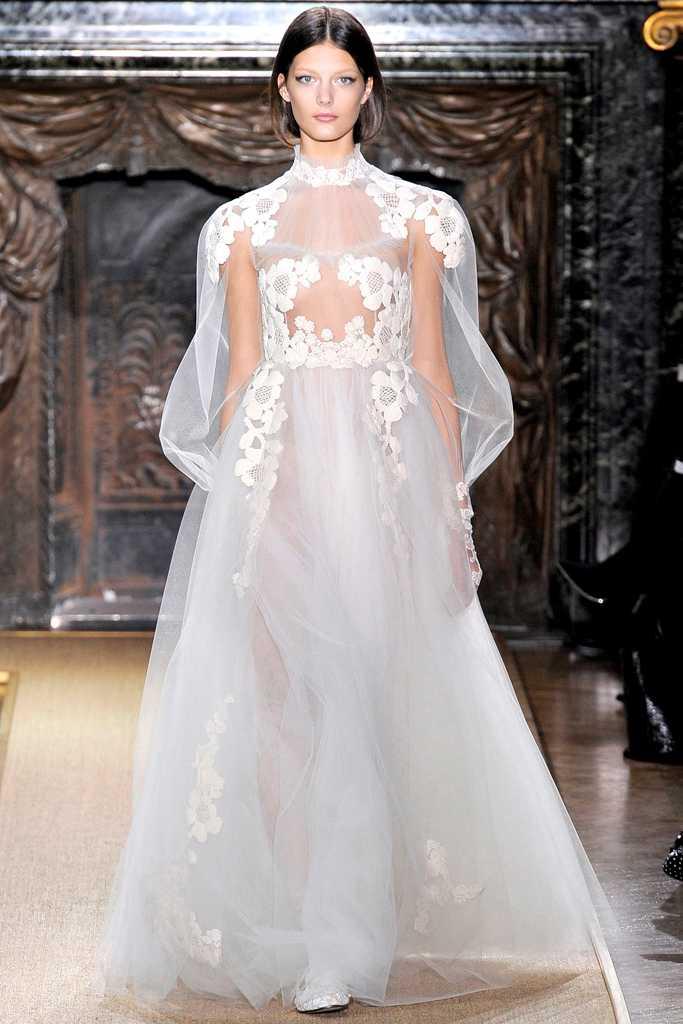 Prinsessan Madeleines klänning kommer att vara lite mer täckande än den här varianten. Kungliga brudklänningar har oftast en liten ärm och inte för djupt dekolletage.