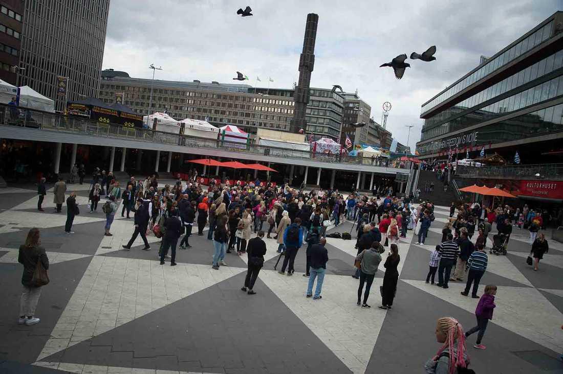 I juni hölls en manifestation på Sergels torg för att hedra Lotta Rudholms minne.